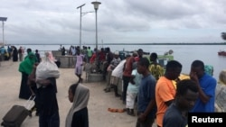 Viajeros reunidos en Lamu, Kenia, el domingo 5 de enero de 2020, tras un ataque del grupo islamista somalí Al-Shabaab.
