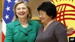 美国国务卿希拉里.克林顿在12月2日会见吉尔吉斯斯坦总统奥通巴耶娃