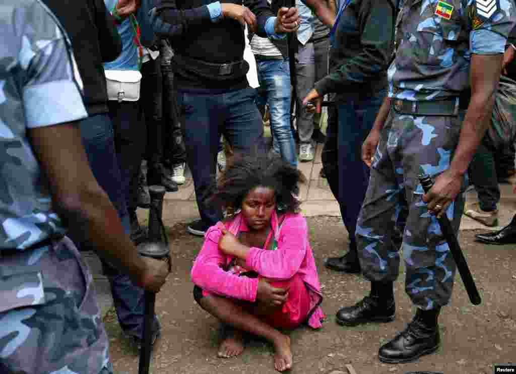 에티오피아 아디스아바바에서 열린 자와르 모하메드 환영식에서 연방 경찰관들이 폭발물을 소지한 것으로 추정되는 여성을 연행하고 있다. 미국에 본사를 둔 오로모 활동가이자 지도자인 자와르 모하메드는 미국에서 망명한 지 13년 만에 고국으로 돌아왔다.