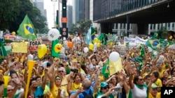 Les manifestants se rassemblent le long de l'avenue Paulista pour réclamer la destitution du président Dilma Rousseff du Brésil à Sao Paulo, au Brésil, le dimanche 13 Mars 2016. (AP Photo/Andre Penner)