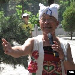 刘爱民给我们唱了一曲《东方红》,很有味道。