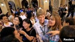 Nữ tu Patricia Anne Fox và những người ủng hộ tại một nhà thờ ở thủ đô Manilla, Philippines, ngày 19/5/2018.