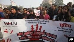 Sinh viên Ấn Độ biểu tình phản đối vụ cưỡng hiếp tàn nhẫn một phụ nữ trong thủ đô New Dehli