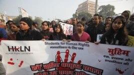 Studenti u Indiji protestuju zbog brutalnog grupnog silovanja koje se dogodilo u Nju Delhiju 16. decembra