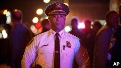 30일 밤 앤서니 배츠 볼티모어 시 경찰국장이 최근 경찰 구금 중 흑인 청년이 숨진 사건에 항의하는 시위 현장을 둘러보고 있다.