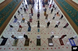 Salat Jumat berjemaah dilakukan dengan menjaga jarak aman di Masjid Raya Al Barkah, Bekasi di pinggiran Jakarta, di tengah pandemi COVID-19, Jumat, 29 Mei 2020. (AP)