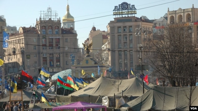 FILE - Hundreds of Ukrainians remained encamped in central Kyiv's Maidan (Independence Square) after the old government was ousted. (Steve Herman/VOA)