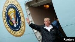 Tổng thống Trump vẫy chào sau khi tới thăm các nạn nhân lũ lụt ở Texas hôm 2/9.