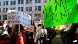 지난 21일 미국 워싱턴에서 공화당의 도널드 트럼프 대선 경선 후보를 규탄하는 시위대가 피켓을 들고 항의하고 있다. (자료사진)