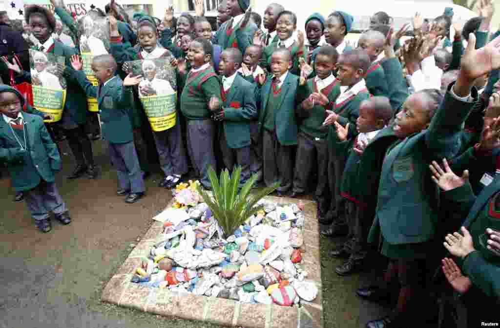 Un grupo de escolares canta el cumpleaños feliz a Mandela frente a su casa en Houghton, en Johannesburgo, Sudáfrica.