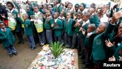 Des enfants chantent en l'honneur de l'anniversaire de Nelson Mandela devant sa maison à Houghton, Johannesburg, le 18 juillet 2013.