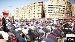 Warga Mesir melakukan shalat jamaah di Lapangan Tahrir, Kairo sebelum melakukan protes agar militer menyerahkan kekuasaan kepada sipil (27/1).