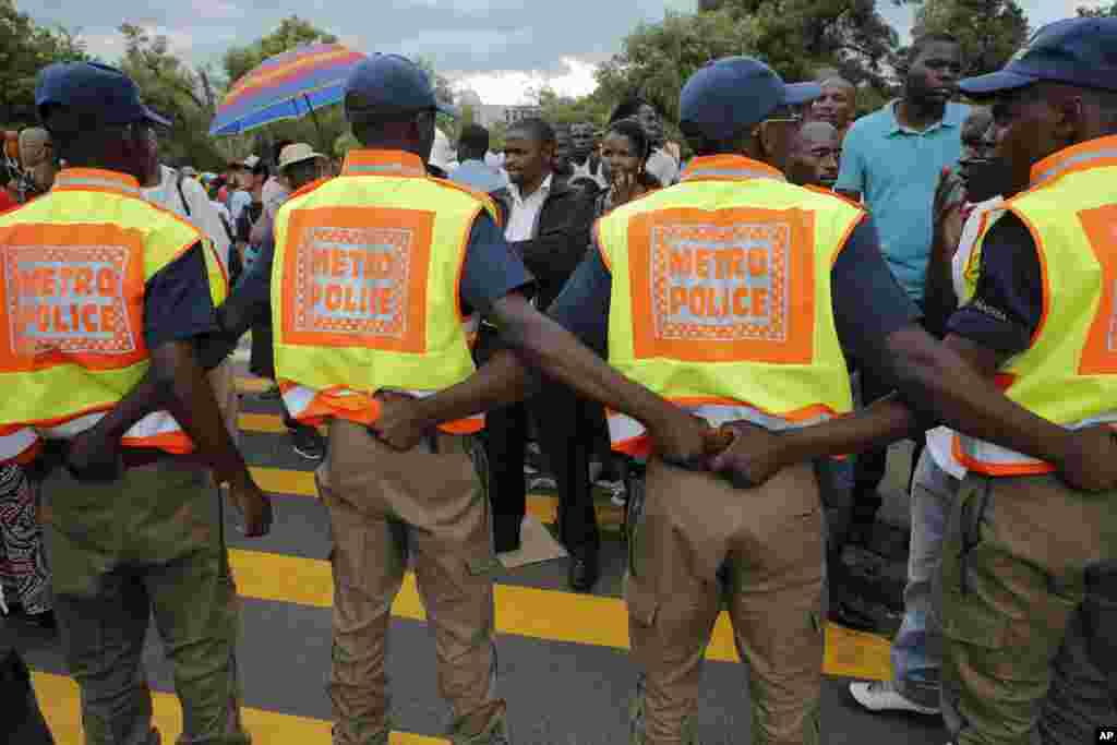 Police form a barricade after the the cut off time for viewing the body of Nelson Mandela outside the Union Buildings in Pretoria, Dec. 13, 2013.