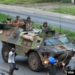 Pasukan Perancis di ibukota Abidjan (1/4). Perancis telah meningkatkan kehadiran jumlah pasukannya di Pantai Gading menjadi 1.650 personil.