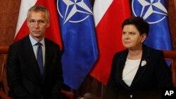 NATO baş katibi Yens Stoltenberq və Polşa baş naziri Beata Şidlo.
