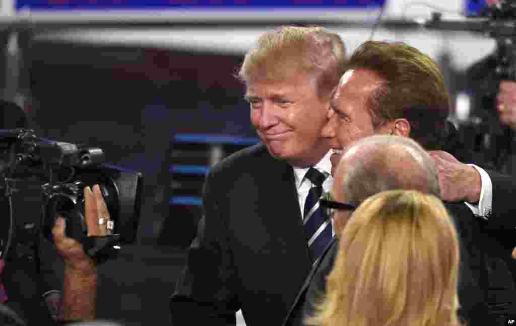 """2015年9月16日,在共和党候选人辩论会之后,唐纳德·川普拥抱阿诺德·施瓦辛格。2017年3月3日,美国电视节目《名人学徒》(The Celebrity Apprentice)主持人施瓦辛格在谈到这个节目收视率低的原因时说,因为川普与这个节目有关,半数人抵制这个节目。施瓦辛格表示辞去主持职务。但川普发推说,·施瓦辛格不是自愿离开,而是由于收视率低被解雇的。施瓦辛格反击说:""""你应该考虑雇用新的笑话写手和事实核查者。"""""""