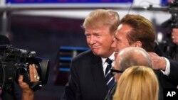 Donald Trump, au centre et l'ancien gouverneur de Californie Arnold Schwarzenegger à la suite du débat présidentiel républicain de CNN à la Ronald Reagan Presidential Library and Museum le mercredi 16 septembre 2015 à Simi Valley, en Californie (AP Photo / Mark J. Terrill)