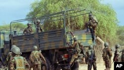 Kenyan soldiers climb into a truck as they prepare to advance near Liboi, Kenya, near border with Somalia, October 2011. (file photo)
