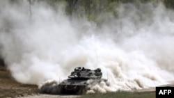 اسرائیلی فوج کا ایک ٹینک غزہ کی سرحد پر گشت کر رہا ہے