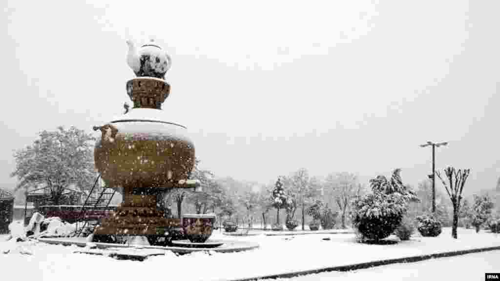 بروجرد دومین شهر پرجمعیت استان لرستان این روزها شاهد بارش برف سنگین بود. عکس: علیرضا سلیمانی، ایرنا