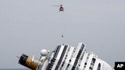 意大利的一架飞机靠近搁浅的歌诗达协和号游轮进行援救(1月31号资料照)