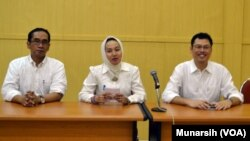 Rektor UGM Prof Dwikorita Karnawati (tengah), Wakil Rektor Bidang Kerjasama dan Alumni Dr. Paripurna Sugarda (kiri) dan Dr Erwan Agus Purwanto, dekan Fisipol (kanan) di Kampus UGM, Yogyakarta (Foto: VOA/Munarsih).