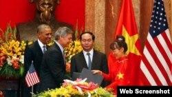 Lãnh đạo Boeing và Vietjet Air trao hợp đồng trước sự chứng kiến của Chủ tịch nước Trần Đại Quang và Tổng thống Mỹ Barack Obama. Ảnh chụp màn hình trang web vnexpress.net