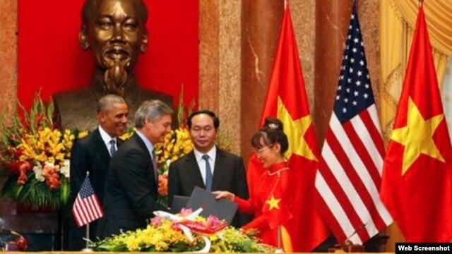 Lãnh đạo Boeing và Vietjet Air trao hợp đồng trước sự chứng kiến của Chủ tịch nước Việt Nam Trần Đại Quang và Tổng thống Mỹ Barack Obama. Ảnh chụp màn hình trang web vnexpress.net