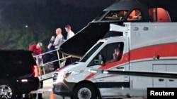 据信是美国学生奥托·瓦姆比尔的人6月13日在俄亥俄州辛辛那提的伦肯机场从一架医疗运输机被抬进一旁等候的救护车。