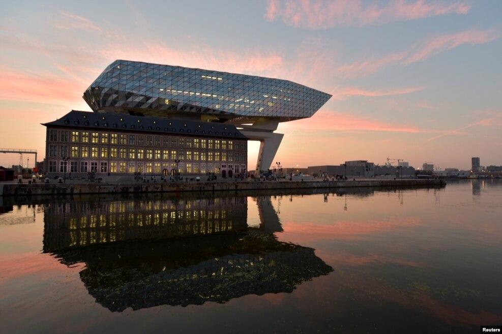 Belçika - Memar Zəha Hədidin inşa etdiyi Port House