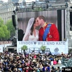 Ratusan ribu warga Inggris menyaksikan dari layar lebar di London, kedua pasangan kerajaan melakukan 'ciuman pertama' setelah menikah (29/4).