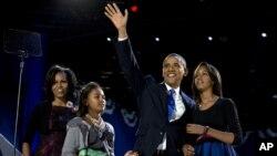 미국 시카고에서 7일 당선 수락 연설을 하기 위해 가족과 함께 연단에 오른 바락 오바마 미국 대통령.