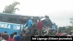 Watu wakijaribu kutoa miili na majeruhi wa ajali hiyo.