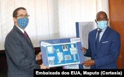 Martin McLaughlin, entrega, simbolicamente, as máquinas digitais de raios X ao Ministro da Saúde, Dr. Armindo Tiago