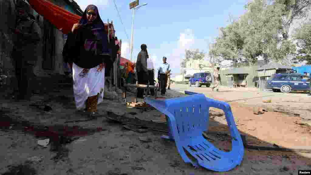Une somalienne passe devant le lieu de l'attentat, le 9 mars 2016.