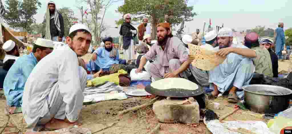 شرکا نے پراٹھے، حلوے اور چنے کا ناشتہ کیا جس کے بعد شرکا دوسرے روز کے لیے تازہ دم ہوئے