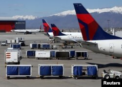 Pesawat milik maskapai penerbangan Delta Airlines sedang menurunkan muatannya di Bandara Internasional Salt Lake City di Salt Lake City, Utah, 14 April 2020. (Foto: dok).