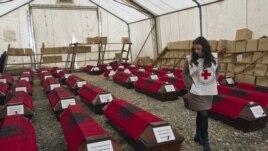 Familjarët marrin trupat e të vrarëve gjatë luftës në Kosovë