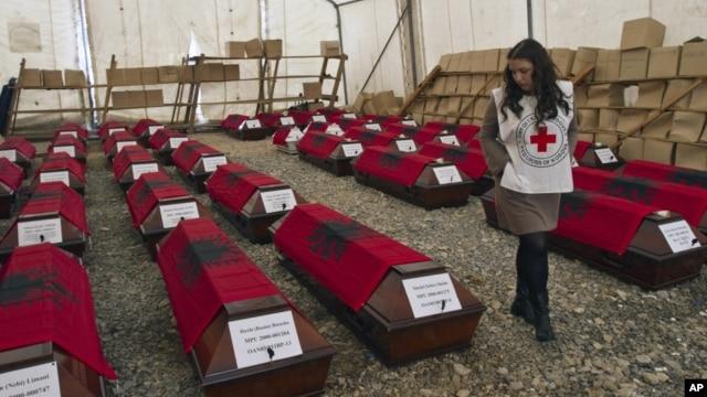 46 linh cữu phủ cờ Albania của những người sắc tộc Albania bị giết trong chiến tranh Kosovo 1998-99 ở thủ đô Pristina, 24/3/2014.