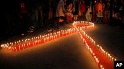 세계 에이즈의 날을 앞둔 30일 밤, 네팔 카투만두의 성매매 희생자 재활센터 앞에 촛불이 켜져있다.