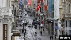 Des piétons se promènent le long de l'avenue Istiklal au centre d'Istanbul, le 20 mars 2016.