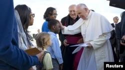 El Papa Francisco saluda a un estudiante de quinto grado de East New York, Brookling a su llegada al aeropuerto internacional John F. Kennedy.