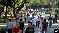 资料照片:印度班加罗尔地区承接美国外包工作的科技工人(2013年1月11日)