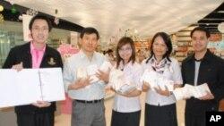 ชมภาพผู้โชคดี ได้รับของขวัญปีใหม่จากวีโอเอไทย และศูนย์หนังสือจุฬา (ชุดที่ 1)