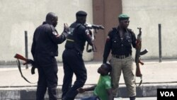 Polisi Nigeria menangkap dan memukuli seorang pemrotes kenaikan harga BBM di Lagos (8/1).