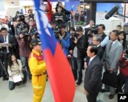 外交部长杨进添向搜救队伍授旗
