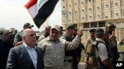 Perdana Menteri Irak Haider al-Abadi berkeliling kota Tikrit setelah diambil alih oleh pasukan keamanan di Baghdad, Iraq (1/4).