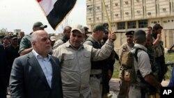 Премьер-министр Ирака Хайдер аль-Абади (слева) осматривает город Тикрит, освобожденный правительственными войсками Ирака. 1 апреля 2015 г.