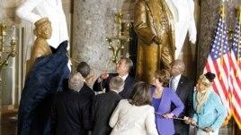Líderes del Congreso acompañan al presidente Obama en el momento que develan la estatua de bronce.