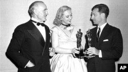 Селеста Холм (в центре) на церемонии вручения «Оскара» 20 марта 1948 года.